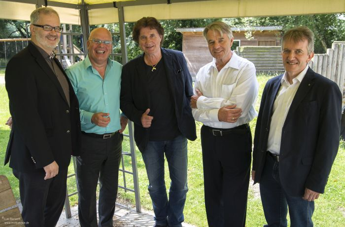 vlnr: Stephen Nugnis (Heide Park Soltau), Jürgen R. Grobbin; OLAF der Flipper; Dr. e.h. Dieter Kindermann; Gerhard Suder (Lebenshilfe Soltau) am 13. Juli 2016 bei der Lebenshilfe Soltau e.V.